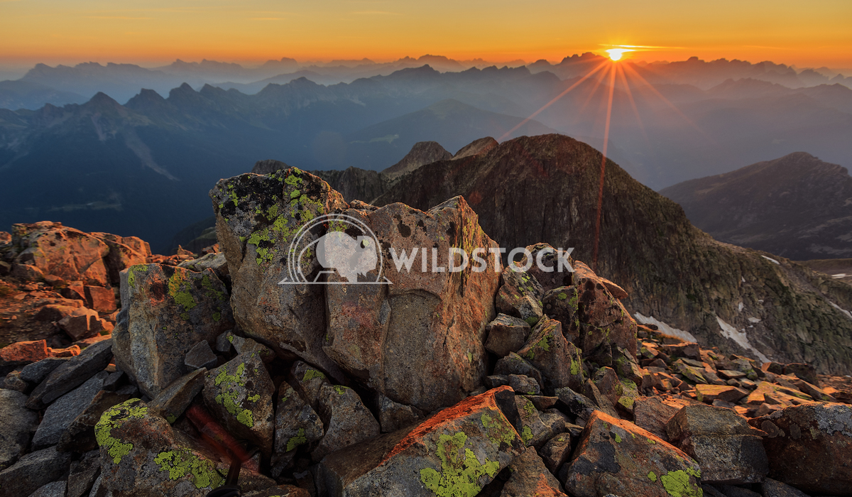 Sunrise over the mountains Vincentiu Solomon Sunrise over a mountain range in the Italian Alps.